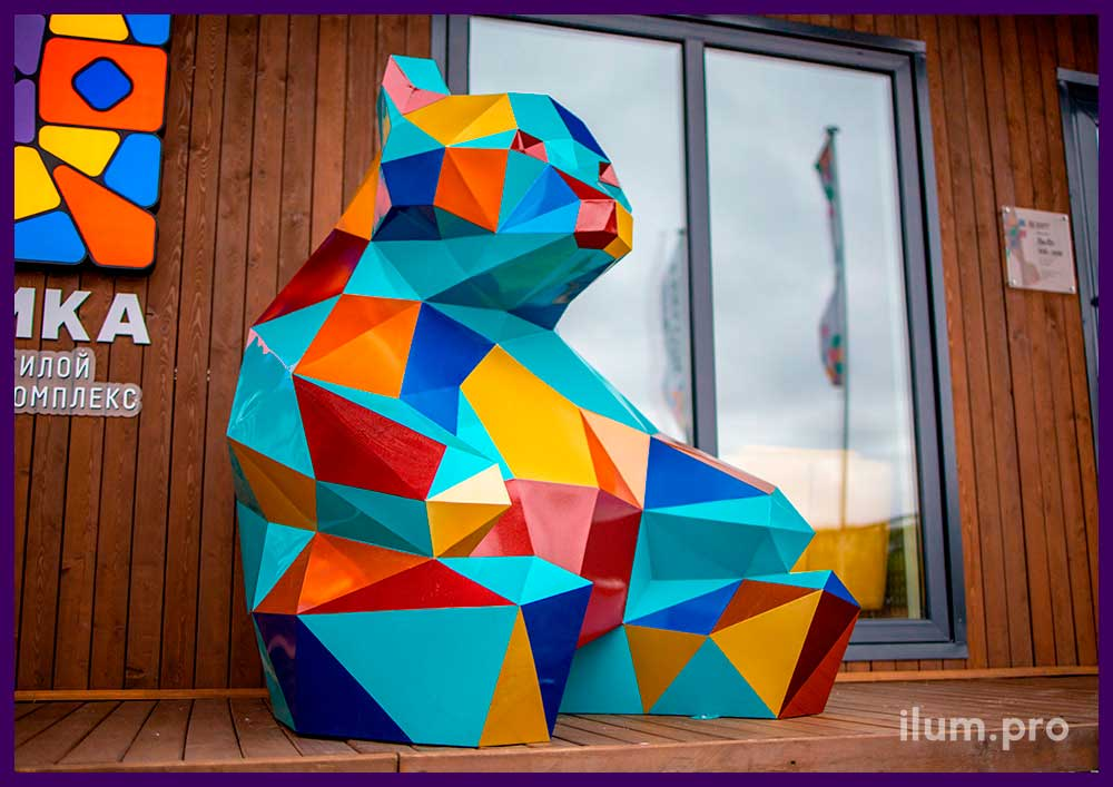 Медведь полигональный металлический - разноцветный арт-объект на улице в Тюмени