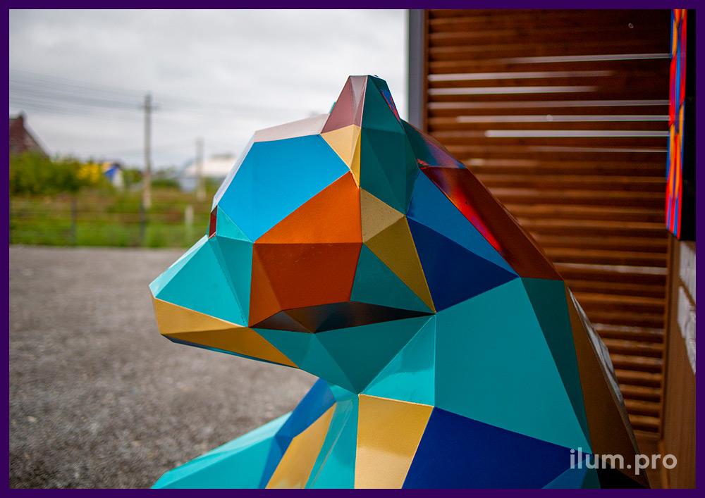 Медведь разноцветный полигональный, сваренный из листовой стали с окрашиванием