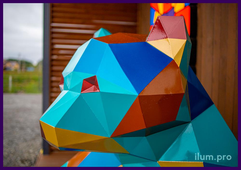 Медведь, сидящий на земле, - полигональная скульптура для украшения ЖК в Тюмени