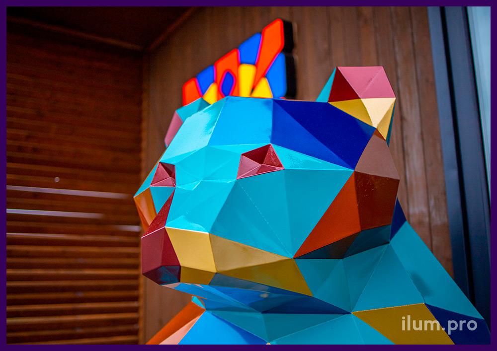 Медведь полигональный металлический с разноцветной поверхностью в Тюмени