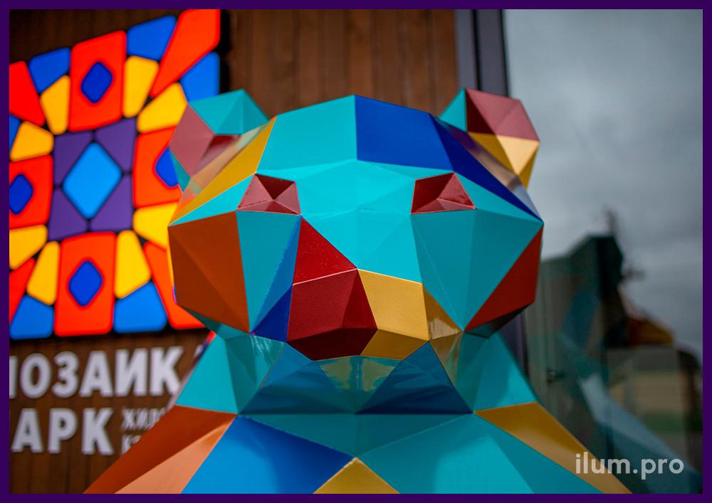 Арт-объект полигональный металлический в форме медведя, установленный перед офисом в Тюмени