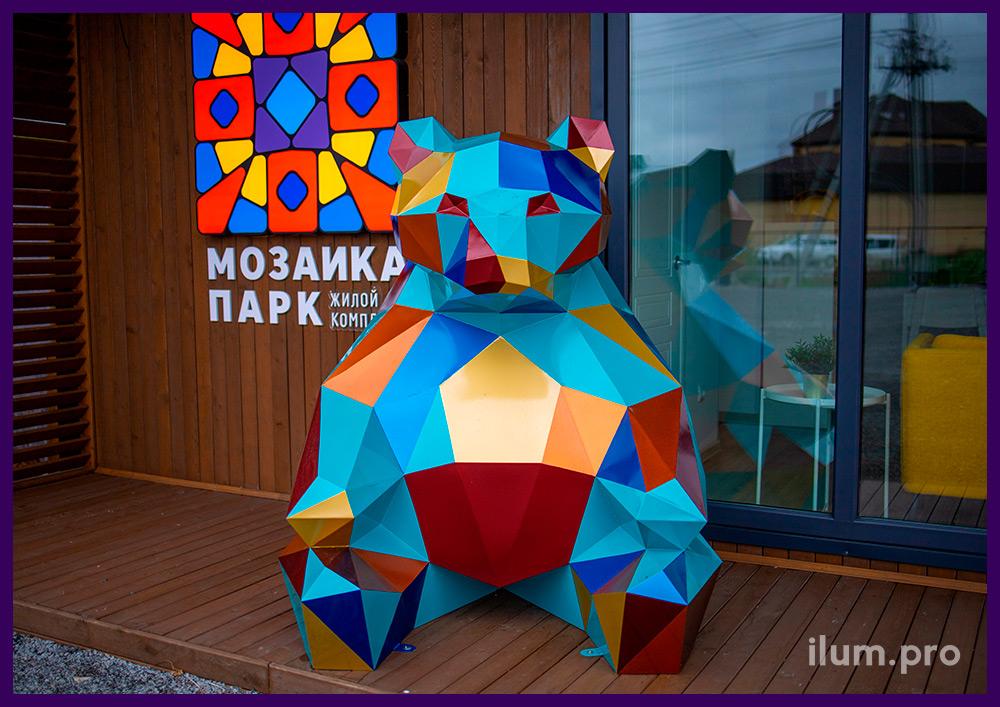Медведь из металла в полигональном стиле, установленный перед офисом продаж в Тюмени