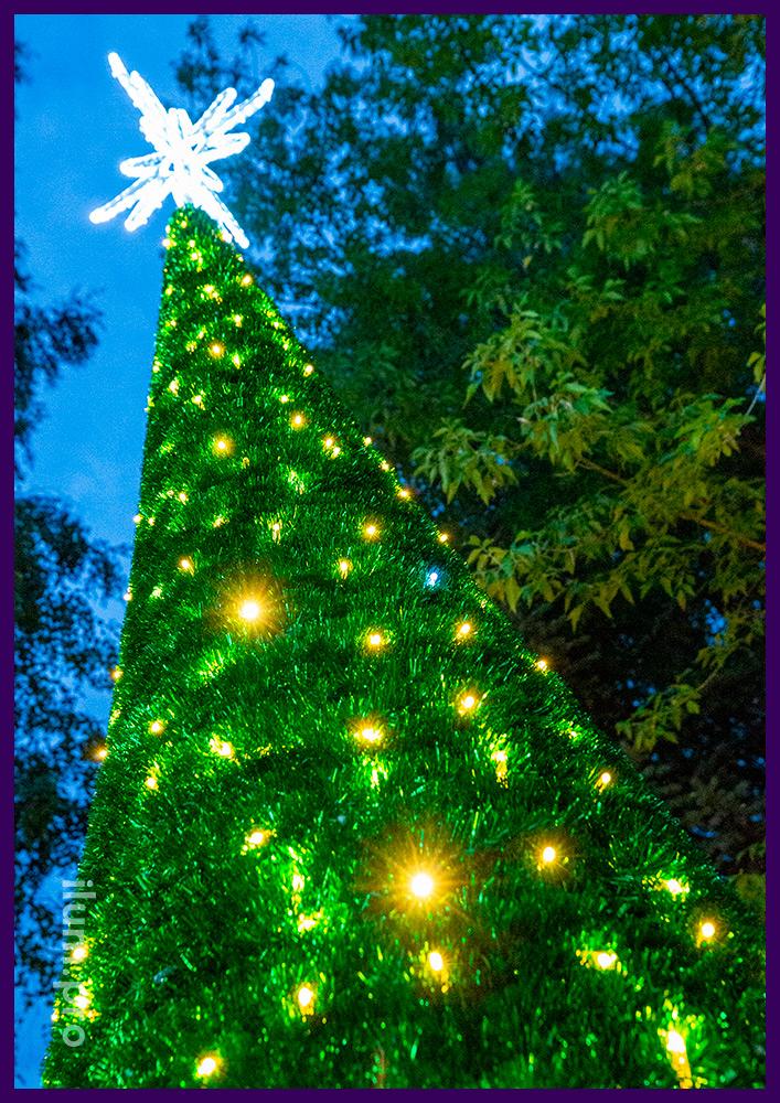 Конус из зелёной мишуры с макушкой в форме звезды - новогодняя ёлка с гирляндами и дюралайтом