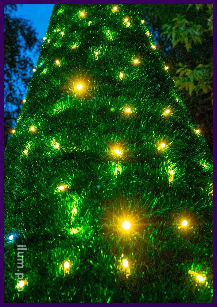 Пушистая новогодняя ёлка из зелёной мишуры, тёпло-белых гирлянд с мерцанием и макушки в форме звезды
