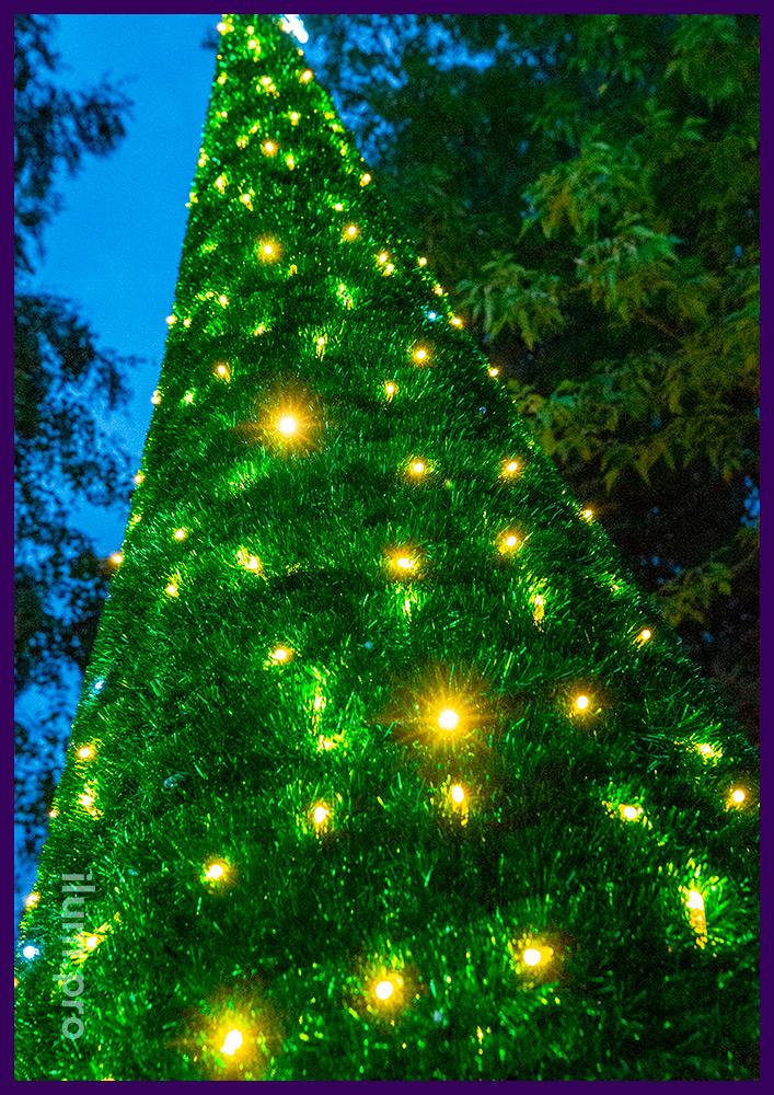 Конус с мишурой зелёного цвета и светодиодной подсветкой гирляндами, макушка-звезда