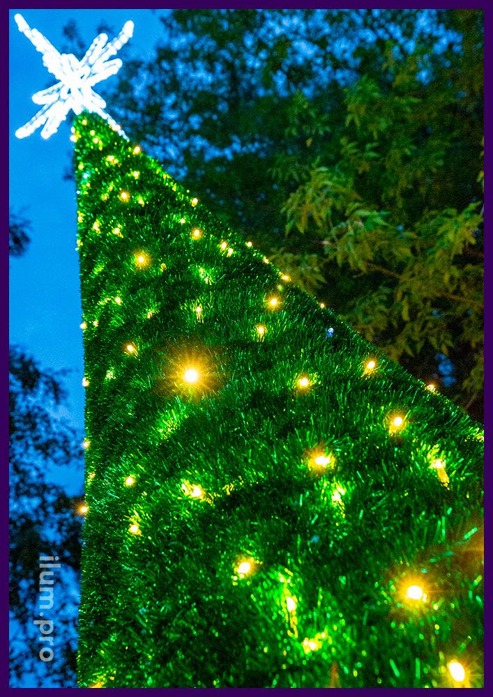 Ёлка с гирляндами из алюминиевого конуса и иллюминации с пушистой мишурой зелёного цвета