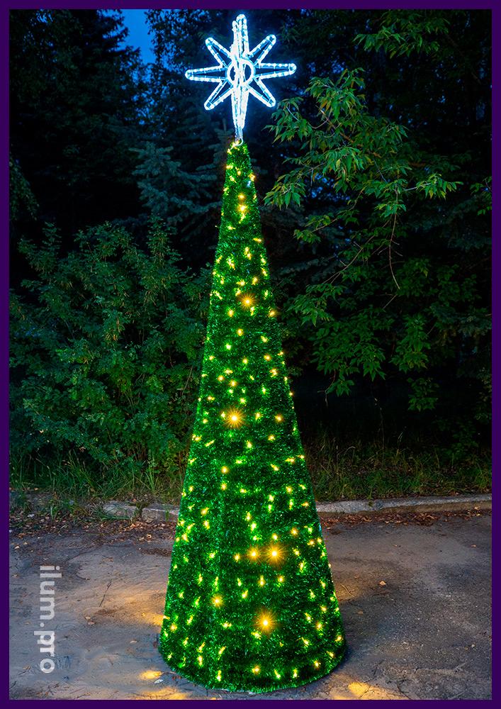 Новогодняя ёлка для улицы и интерьера из пушистой зелёной мишуры и гирлянд на алюминиевом каркасе, звезда на макушке