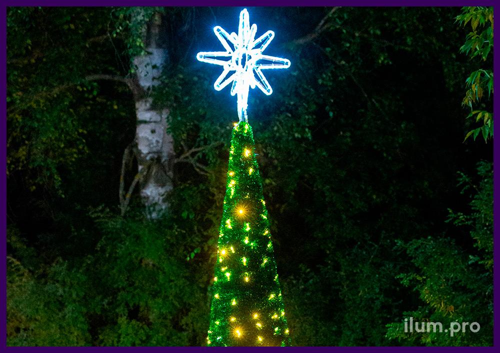 Конус пушистый из мишуры зелёного цвета и тёпло-белых светодиодных гирлянд с макушкой-звездой