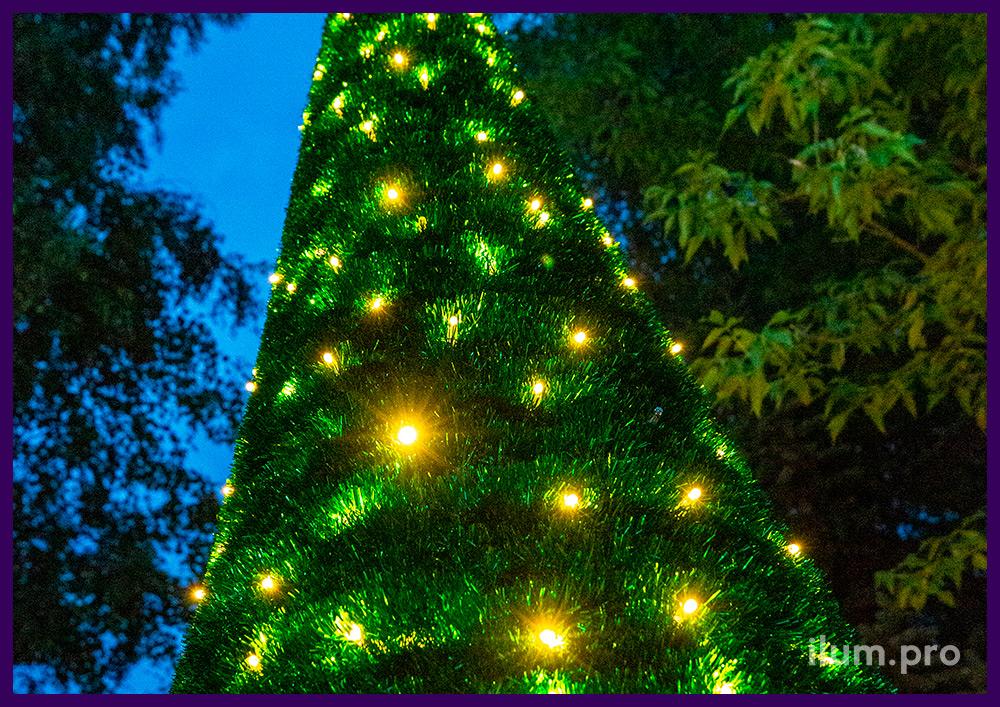 Конус из блестящей мишуры - новогодняя ёлка с гирляндами и макушкой в виде звезды
