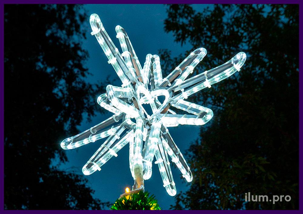 Новогодняя ёлка из мишуры и гирлянд с макушкой в форме звезды из дюралайта