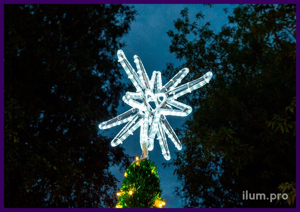 Конус из светодиодного дюралайта и макушки в форме звезды на конусе из алюминия и мишуры