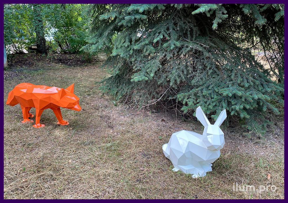 Лиса металлическая полигональная и скульптура белая в форме зайца