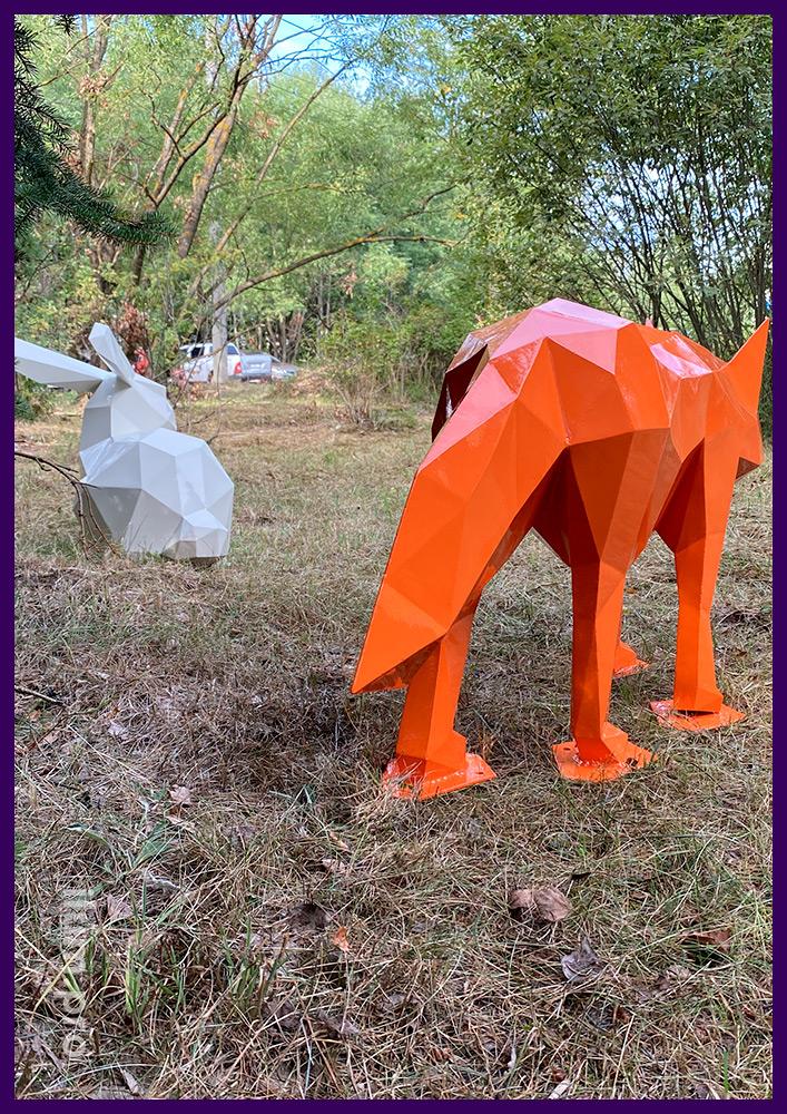 Лиса и заяц из стали - полигональные скульптуры животных в городском парке