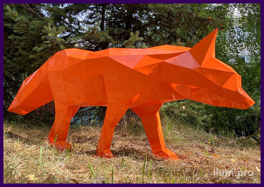 Уличный арт-объект оранжевого цвета в форме лисы, металлический полигональный каркас