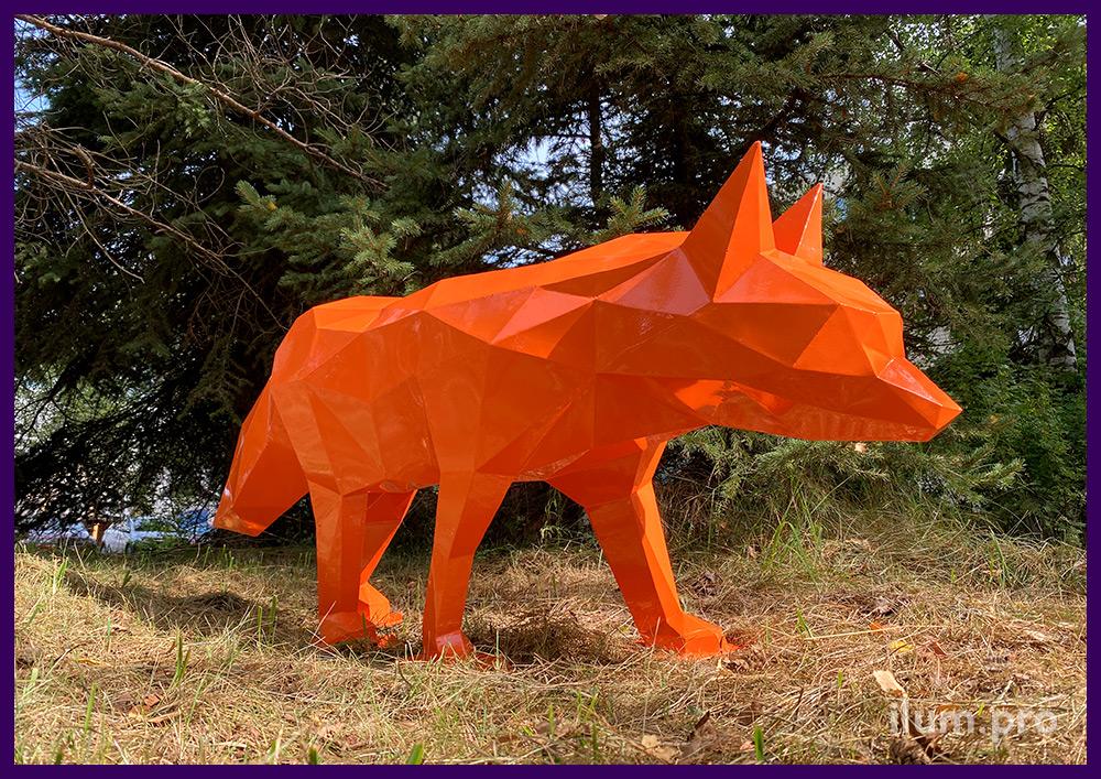 Оранжевая полигональная лиса с металлическим каркасом, сваренным вручную
