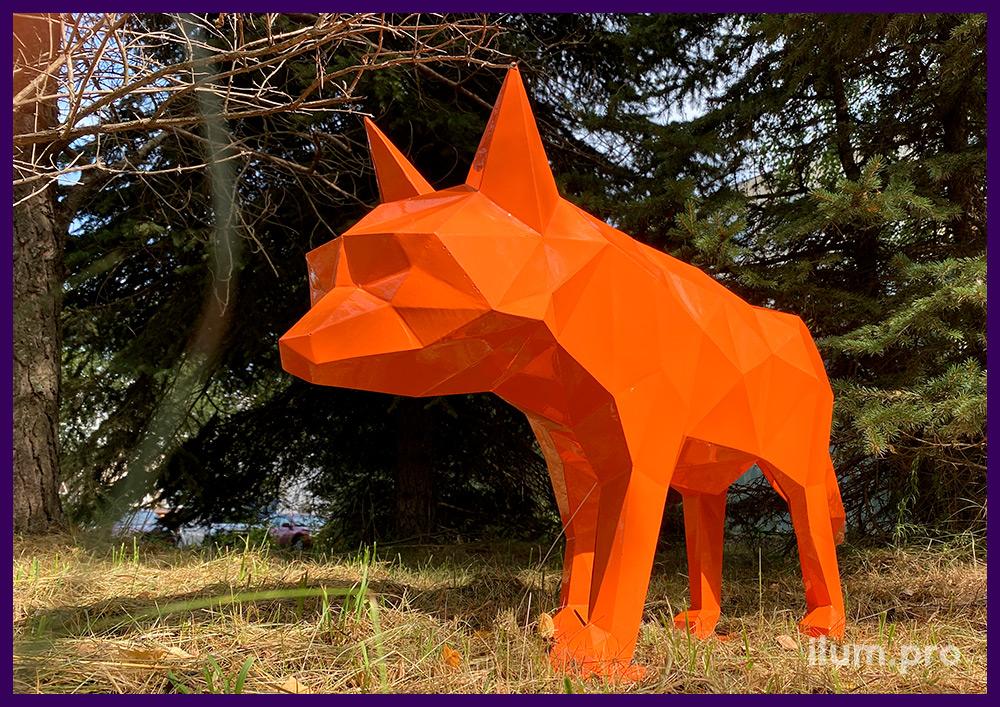 Фигура металлическая в форме лисы оранжевого цвета, полигональный арт-объект