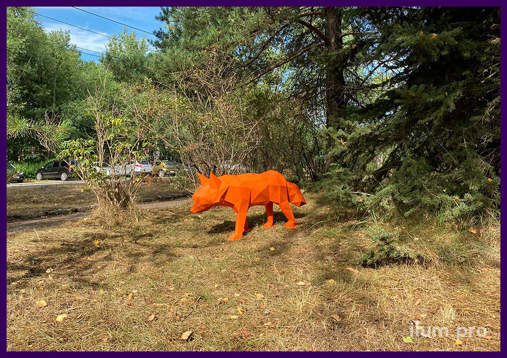 Лиса металлическая оранжевая полигональная, установленная на газоне под ёлкой