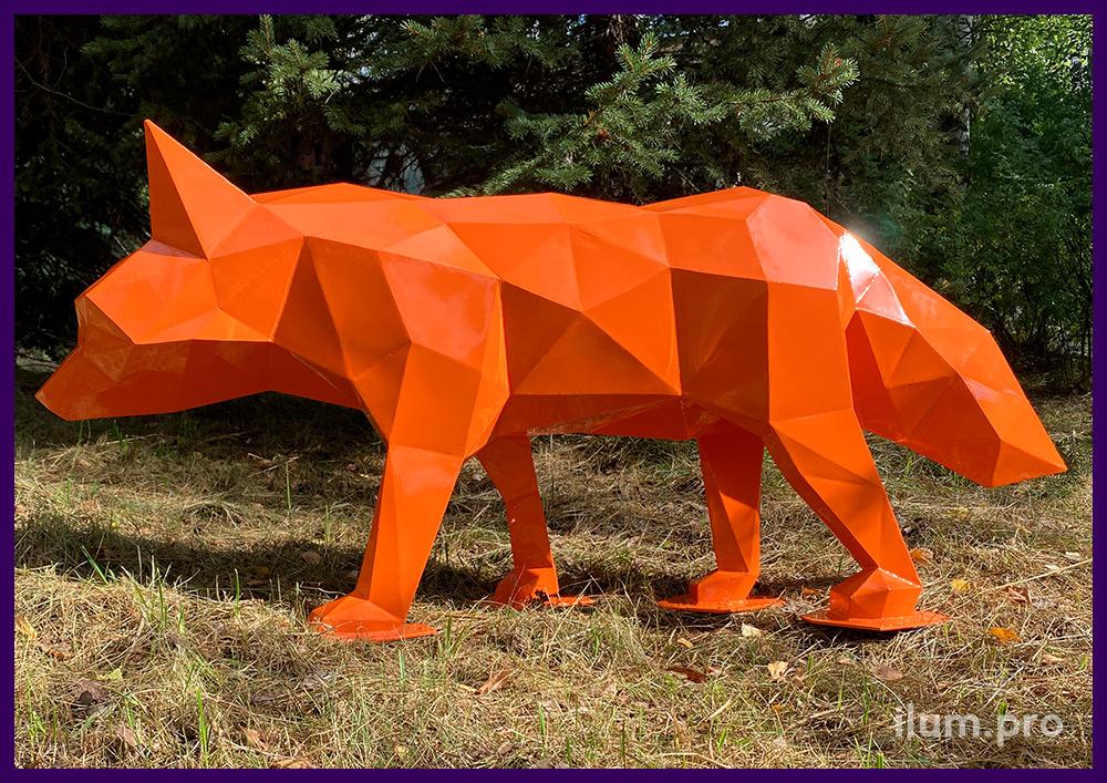 Металлическая скульптура хитрого лиса в полигональном стиле из крашеной стали