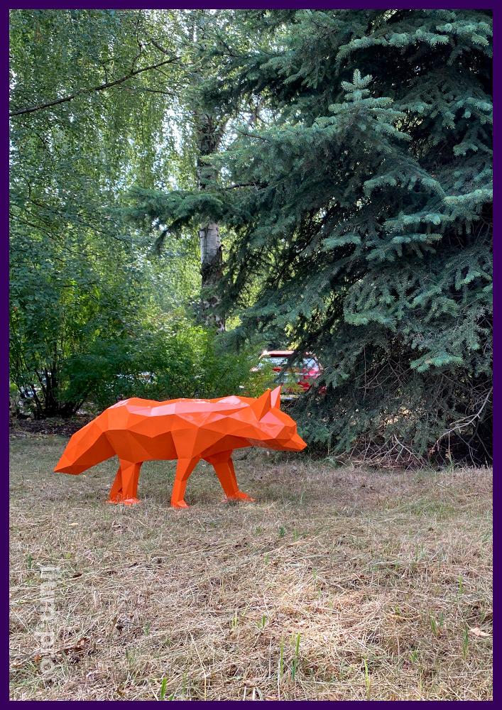 Украшение газона полигональной скульптурой лисы из металла с порошковой краской