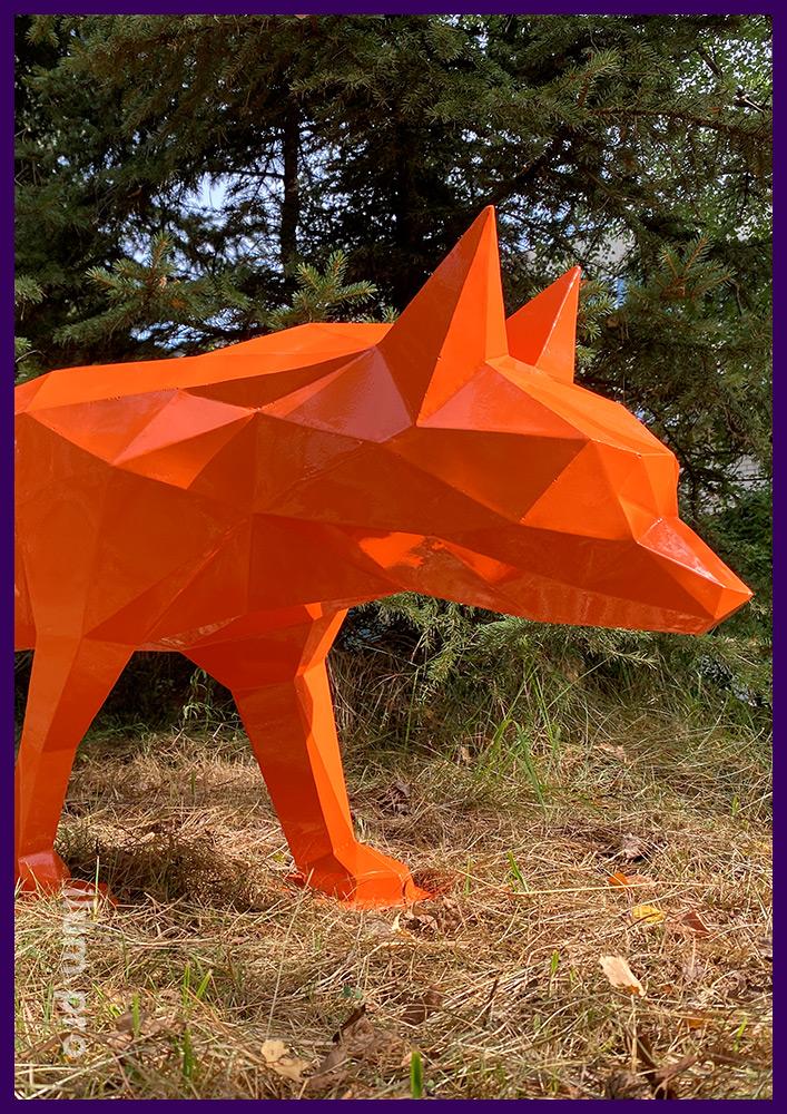 Декоративный арт-объект из стали в форме полигонального лиса оранжевого цвета