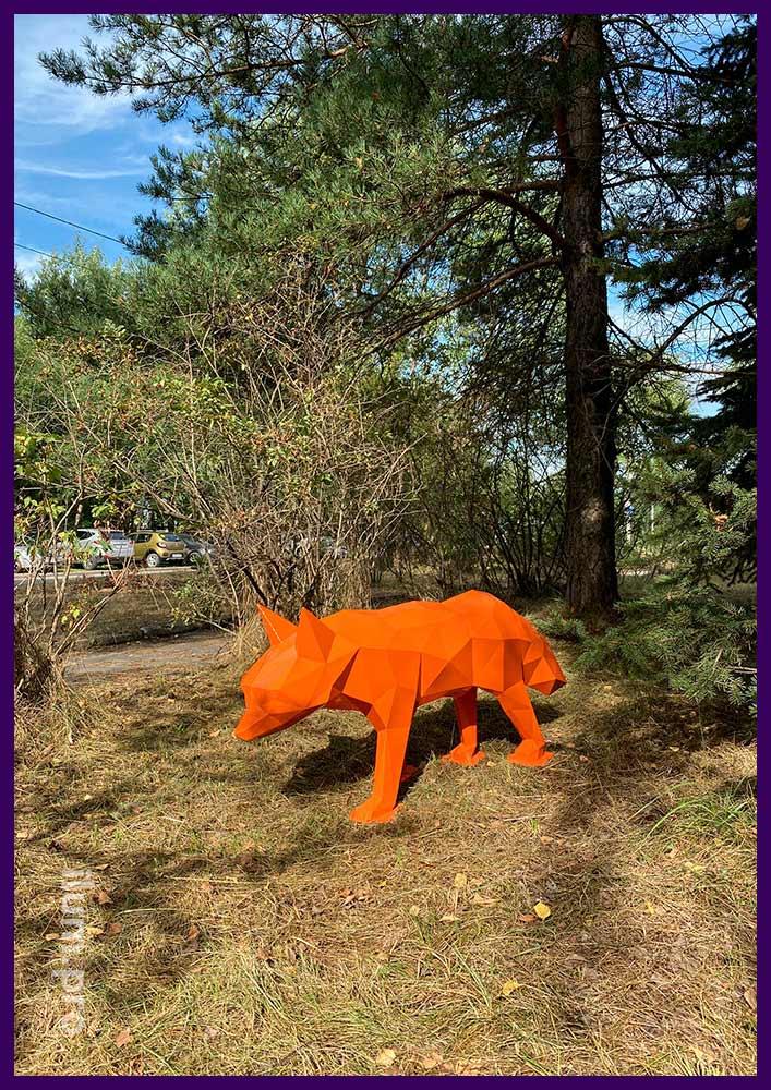 Уличная полигональная фигура лисы в парке, металлический каркас с оранжевой краской