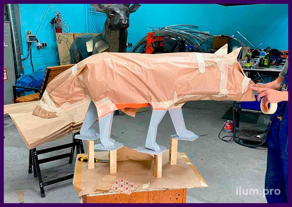 Производство металлической полигональной фигуры лисы с оранжевой, чёрной и белой краской