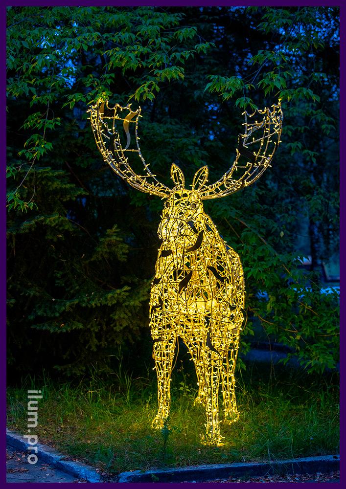 Декорации в форме светящихся животных - объёмный металлический каркас в виде лося и гирлянды