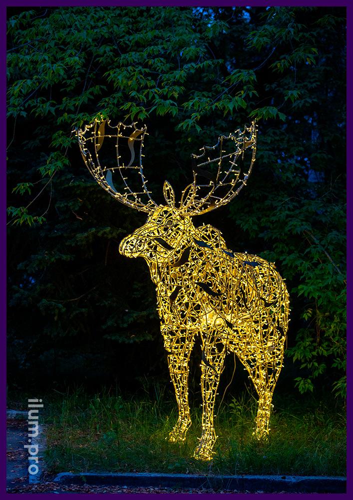 Новогодние декорации в форме животных - лось с подсветкой гирляндами тёпло-белого цвета