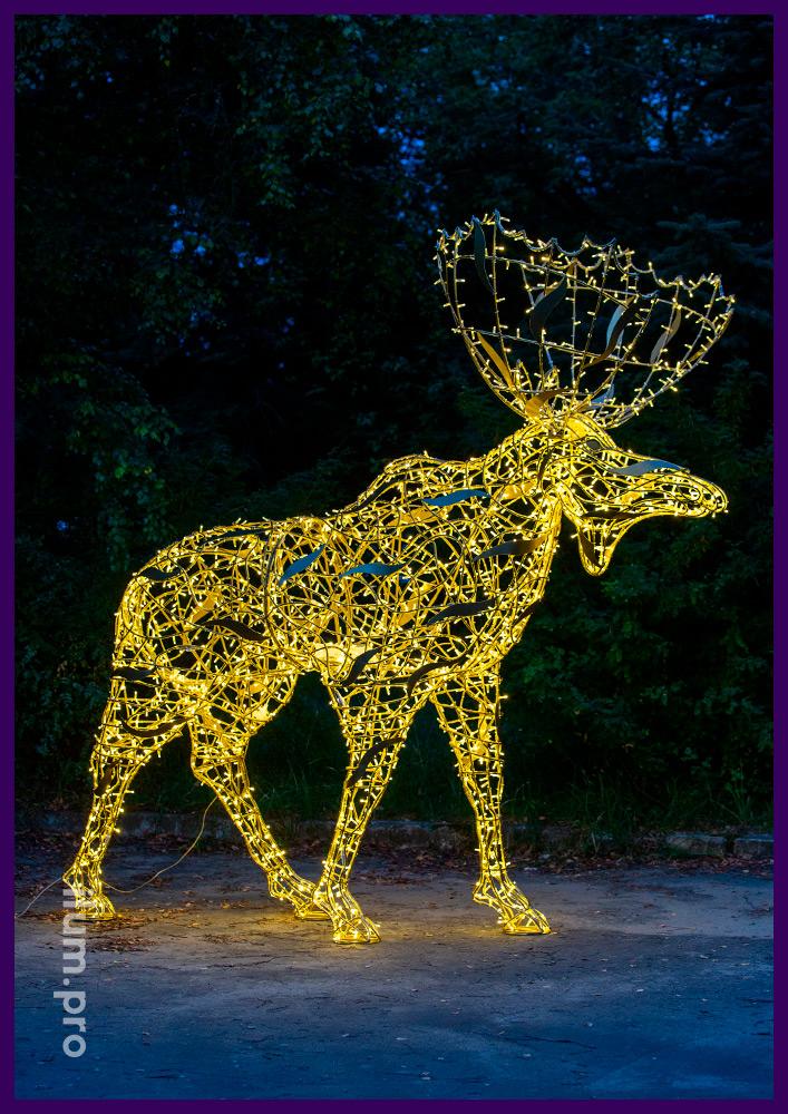 Большой светящийся лось из металла и тёпло-белых светодиодных гирлянд в парке