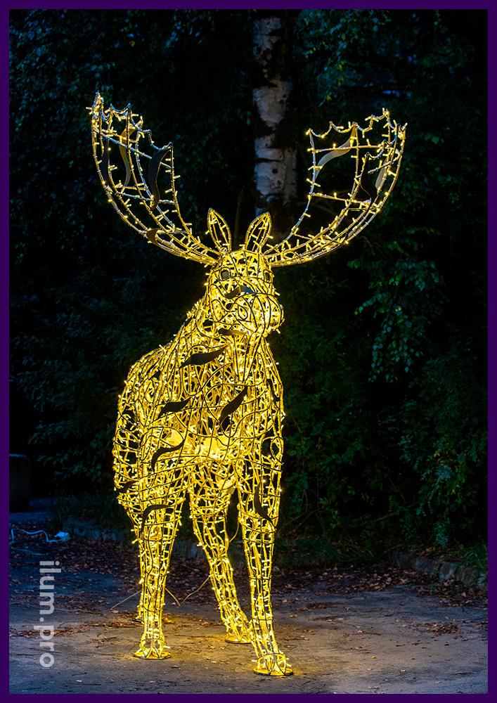 Светодиодный лось с гирляндами тёплых оттенков, каркас золотого цвета из алюминия