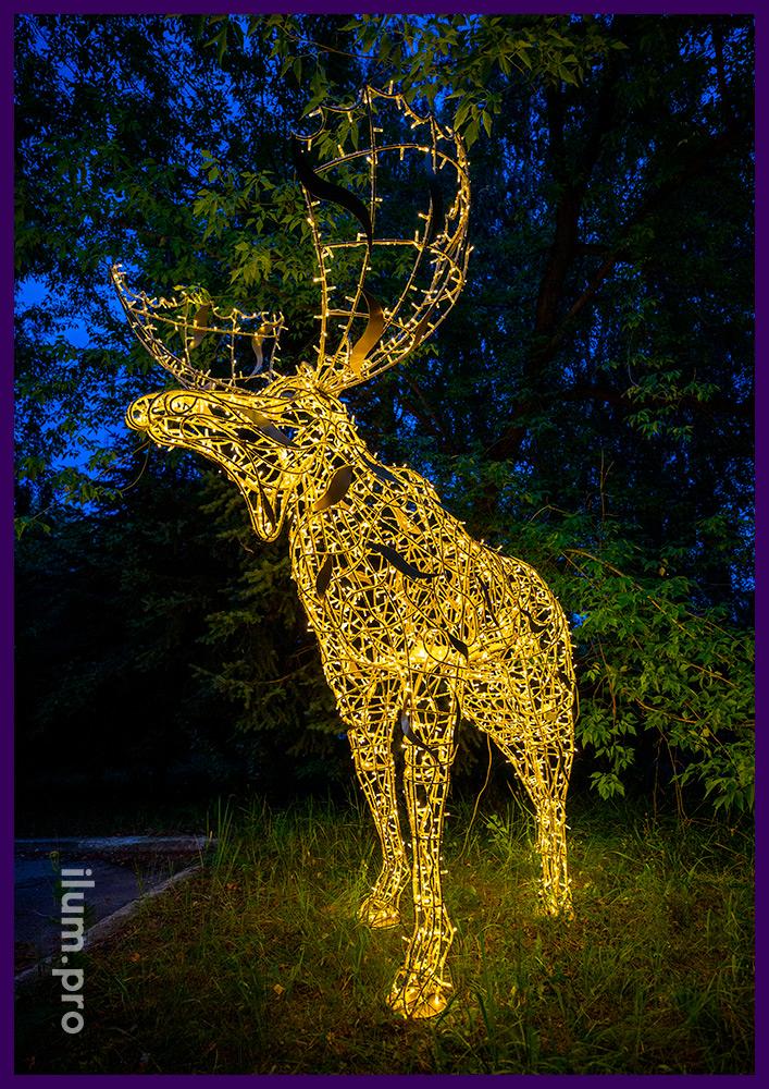 Новогодние декорации в форме животных с подсветкой гирляндами - лось