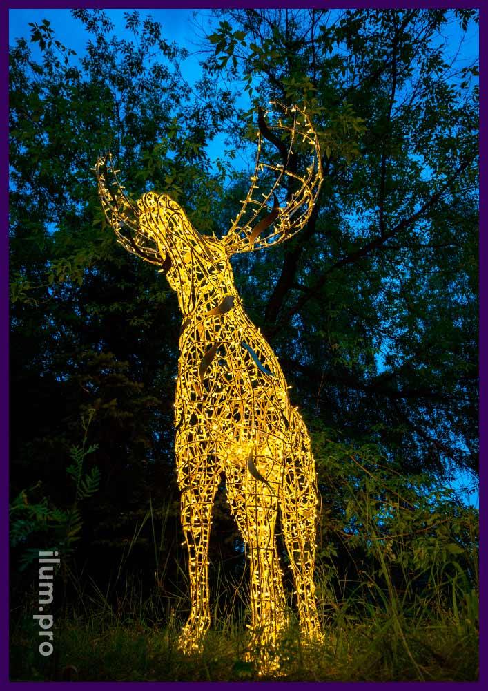 Новогодняя декоративная фигура лося с гирляндами для украшения города