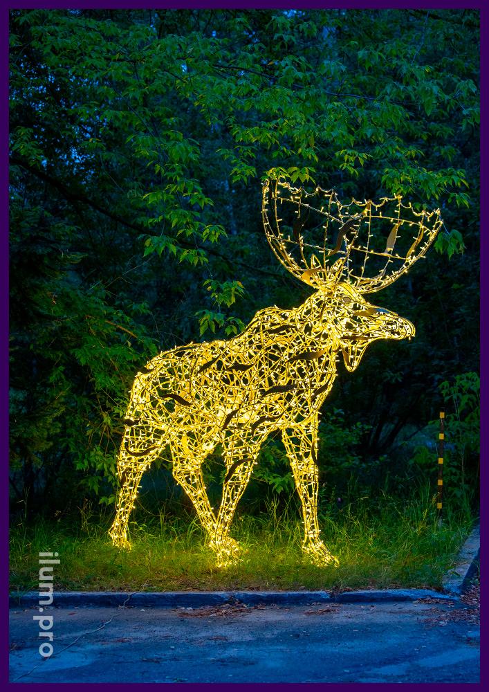 Светящийся лось с гирляндами - крупная фигура из алюминиевого каркаса золотого цвета