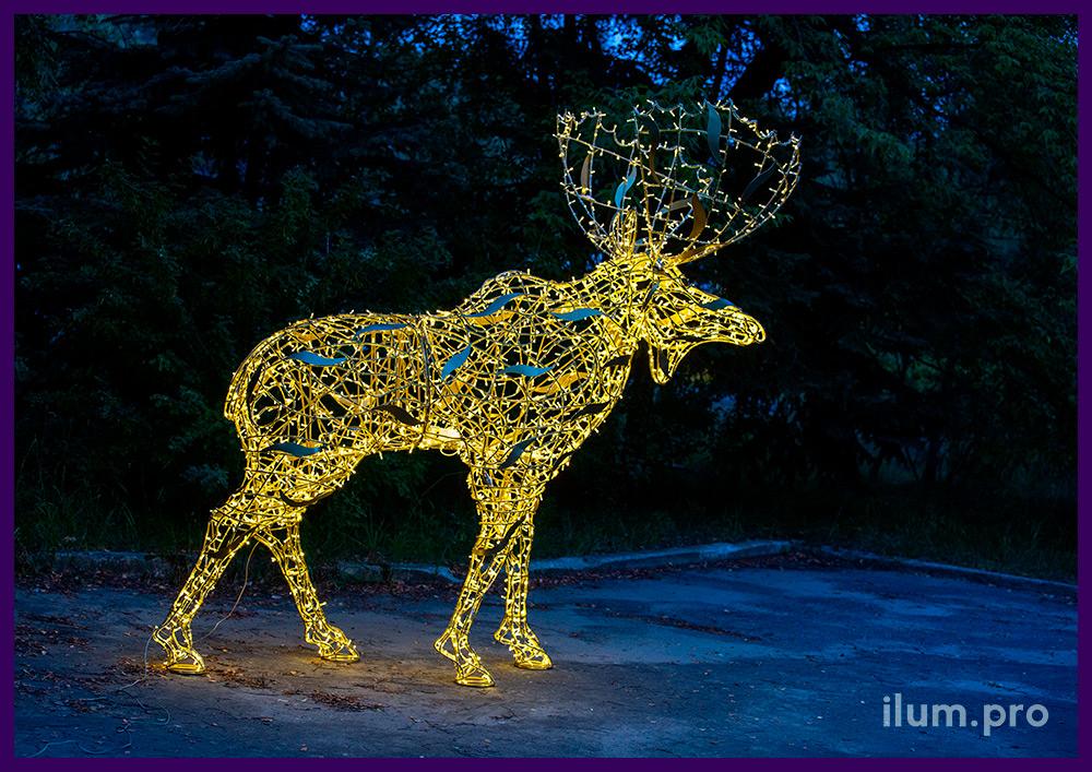 Новогоднее украшение улицы светодиодной фигурой лося с гирляндами тёплых оттенков
