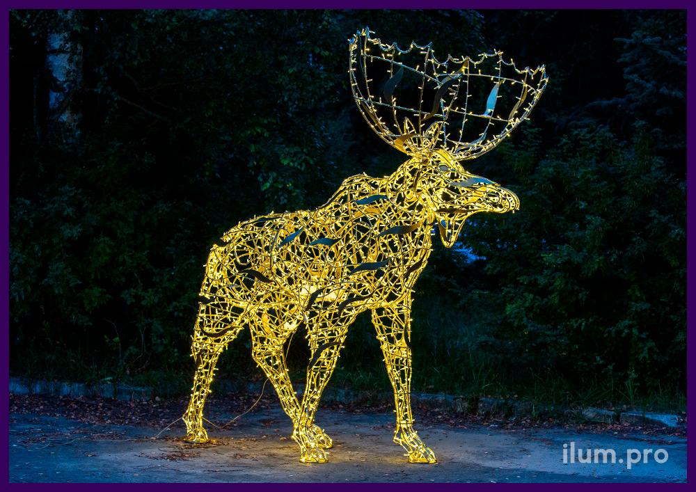 Декорации из металла в форме лосей, гирлянды тёпло-белого цвета, алюминиевый каркас крашеный в золотой цвет