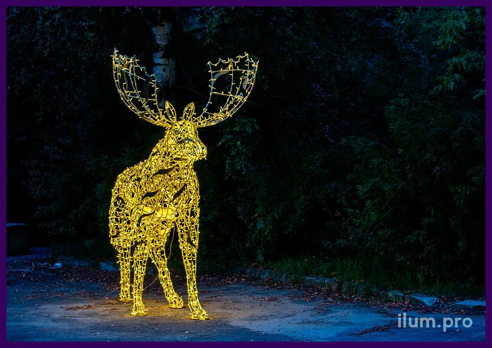 Новогодние декорации с гирляндами - лось из металлического каркаса с подсветкой