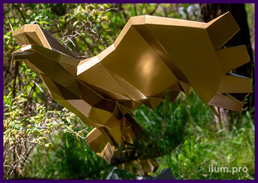 Полигональная металлическая скульптура летящего орла на горе