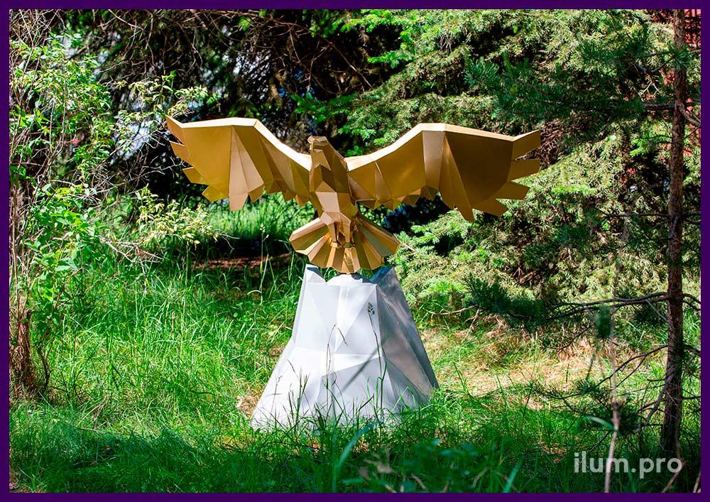 Металлическая скульптура орла золотого цвета в полигональном стиле