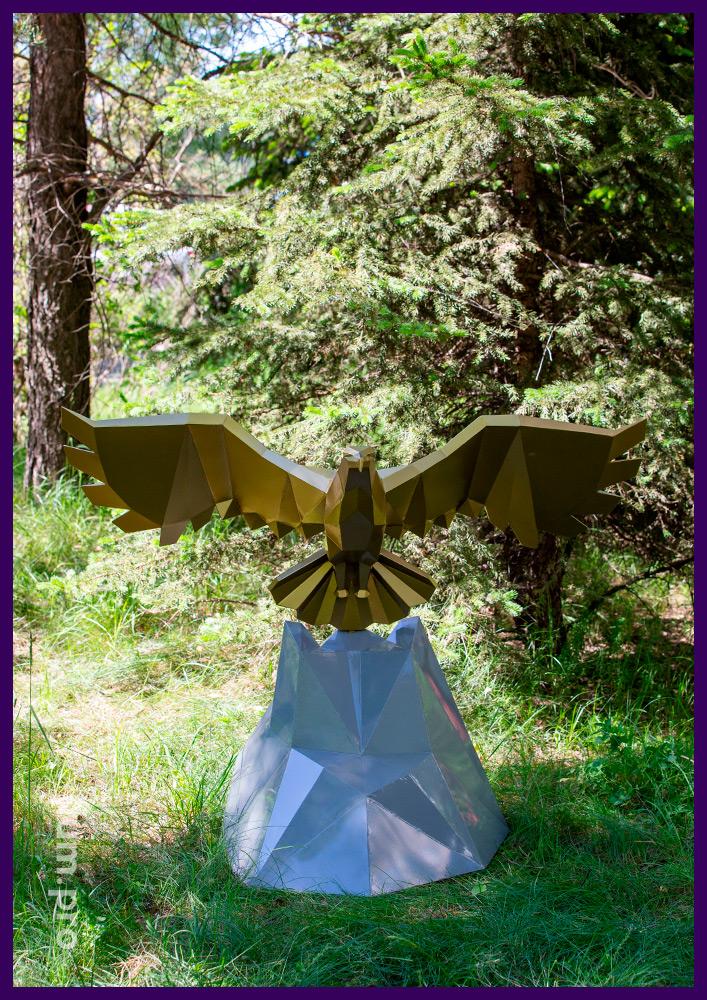 Орёл, взлетающий со скалы, в парке - полигональная металлическая скульптура