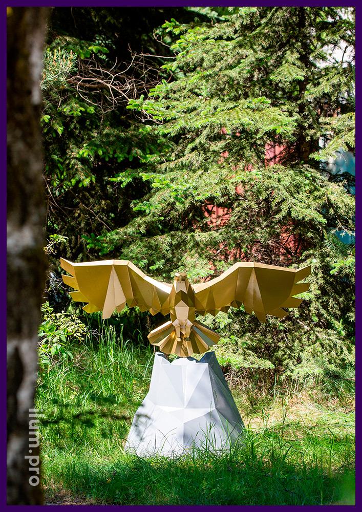 Полигональный арт-объект металлический в форме скалы с взлетающим орлом