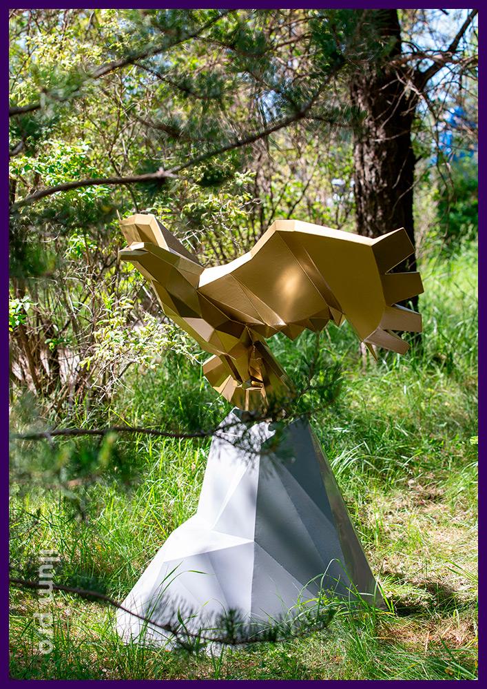 Разноцветная полигональная фигура орла на скале - арт-объект с большими крыльями