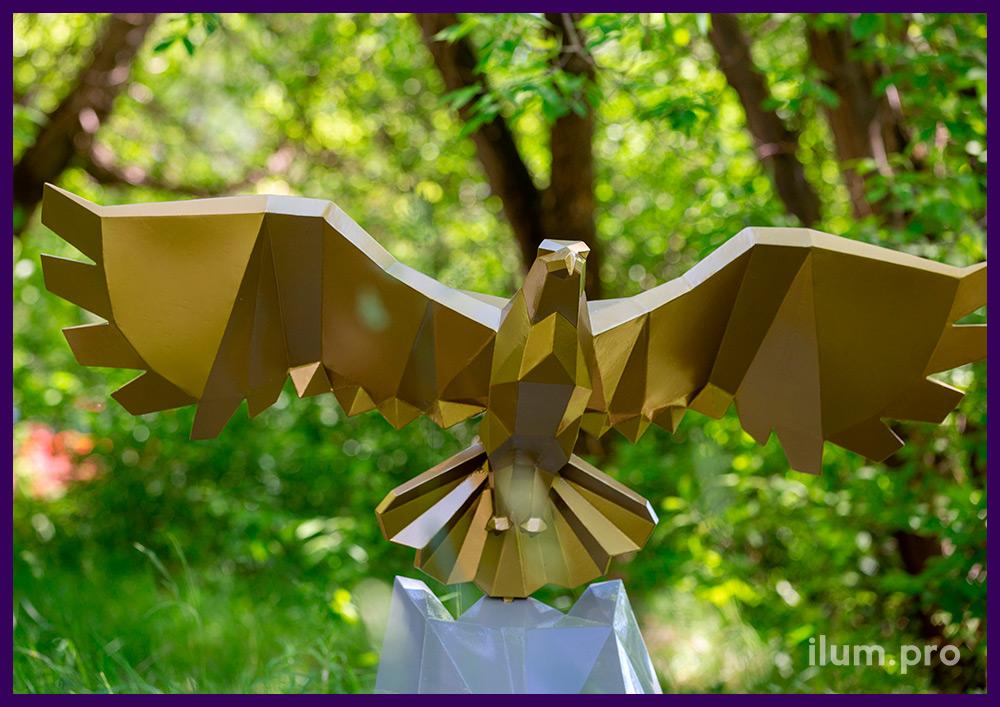 Полигональный орёл, сваренный из листового металла и окрашенный порошковой краской