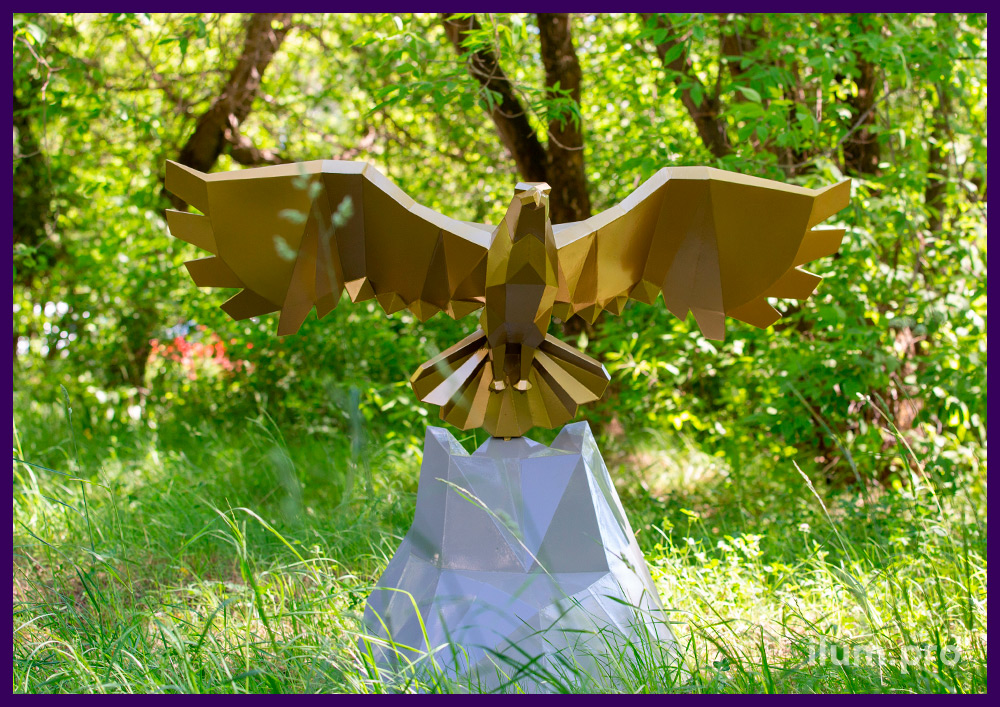 Орёл, парящий над скалой, из стали - полигональная скульптура золотого цвета