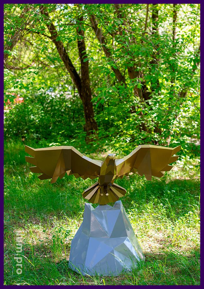 Металлическая полигональная фигура орла в городском парке - ландшафтная скульптура