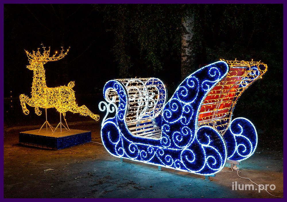Сани Деда Мороза из мишуры, гирлянд и дюралайта и фигура оленя с подсветкой