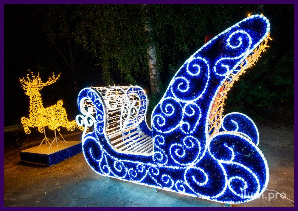 Сани и олень из алюминия и светодиодных гирлянд, декор синей мишурой