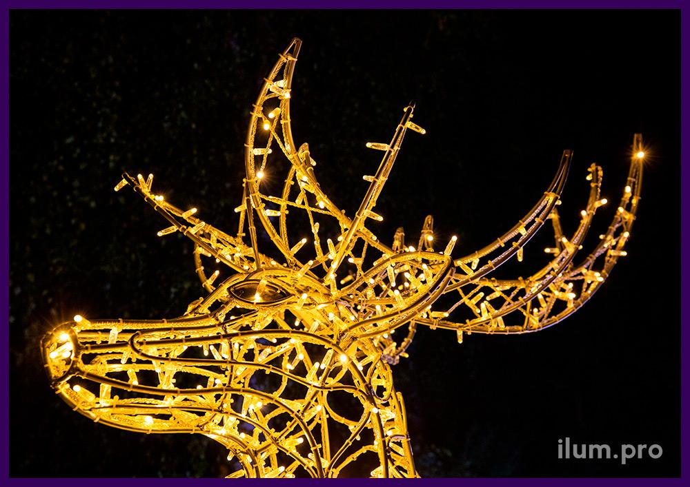 Фотозона со светодиодными гирляндами на Новый год - олень и сани Деда Мороза с мишурой