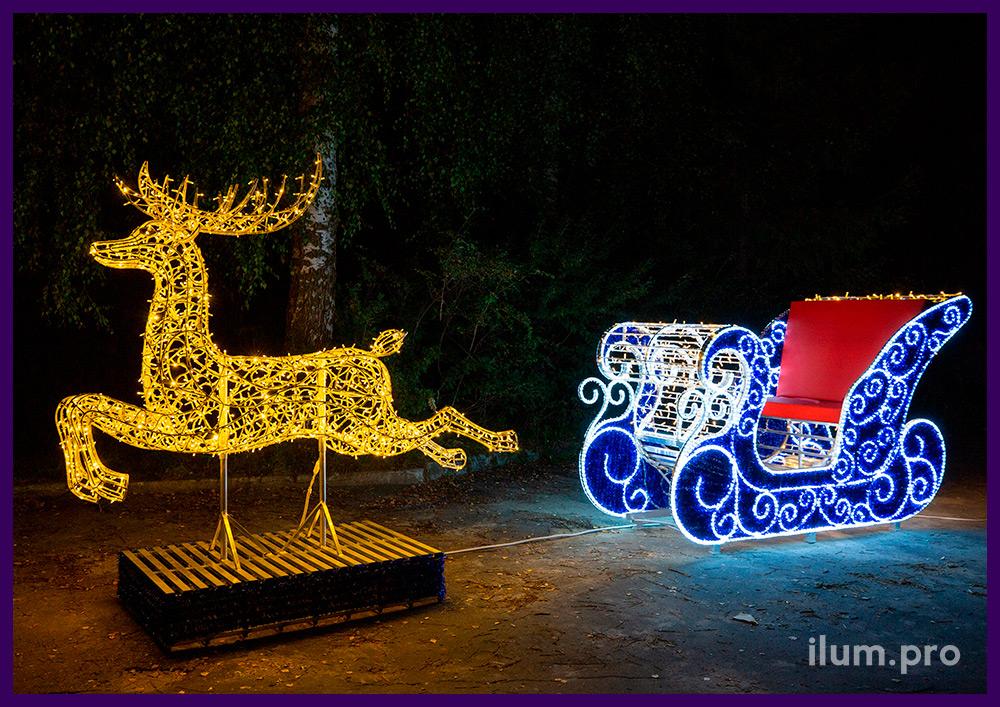 Сани Деда Мороза из синей мишуры и гирлянд, красные подушки из экокожи и фигура оленя с подсветкой