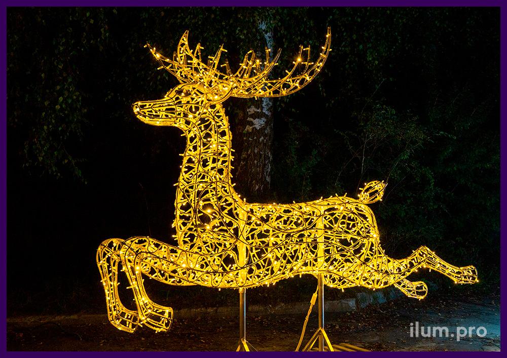 Новогодние декорации с гирляндами в форме оленя и саней Деда Мороза