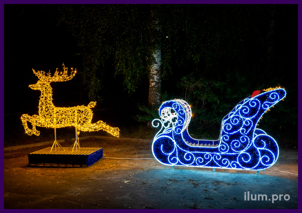 Фотозона новогодняя с санями из металла и гирлянд и фигурой оленя